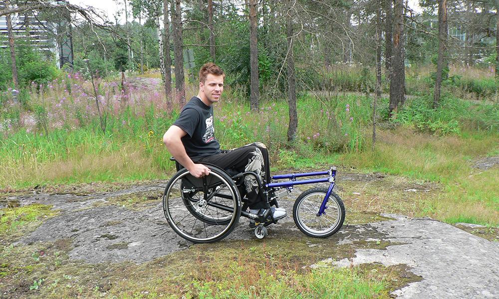 Nokkapyörä on 16-tuumainen kolmaspyörä, joka kiinnitetään manuaalipyörätuolin eteen.